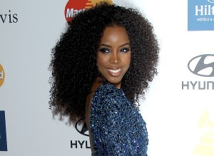 Strange Kelly Rowland39S Curly Kinky Weave Extension At The Pre Grammy Hairstyles For Women Draintrainus